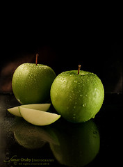 """G r e e n . A p p l e s ❤ (s@mar) Tags: green canon drops apples reflexions greenapples canon450d onblak """"flickraward"""""""
