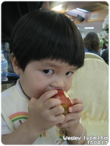 100417-啃蘋果有那麼好看嗎