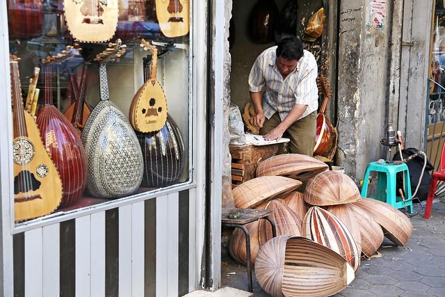エジプト、カイロ、ウードを作る人