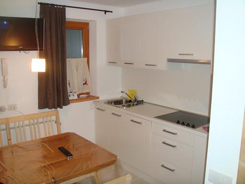 Cocina, mesa del salón y TV