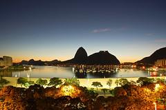 Um amanhecer singular (RamonCampos) Tags: brazil praia rio brasil riodejaneiro dawn dusk corcovado sugarloaf botafogo amanhecer urca flamengo entardecer morrodaurca paodeacar