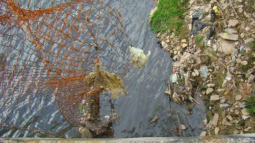 Cerca quebrada ao lado do Córrego Pirajuçara. Clique para ampliar