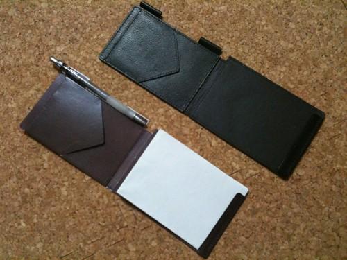 保存するメモ帳の本物と紙製のサンプル