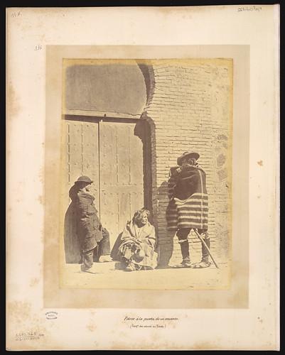 Pobres toledanos a la puerta de un convento en el siglo XIX. Foto Jean Laurent. Biblioteca Nacional de Brasil