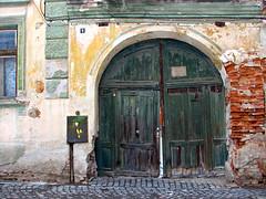 Secrets are well kept (sonykus) Tags: old brick wooden gate romania transylvania transilvania veche régi kapu sibiu erdely hermannstadt lemn poarta nagyszeben siebenbuergen sächsen fakapu