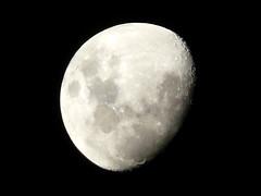 (Jessica Ricci) Tags: moon lune nightshot luna noturna lua improvisedtripod 10millionphotos tripimprovisado 5deabrilde2009 5avril2009