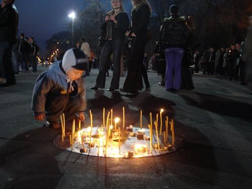 Copil la lumânările puse la protestul impotriva fraudării alegerilor din 5 aprilie 2009 in Moldova