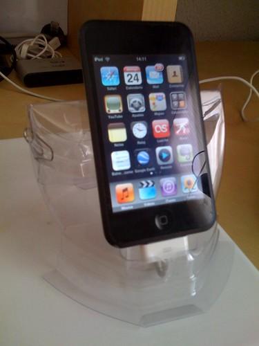 Un soporte de iphone con un blister de auriculares