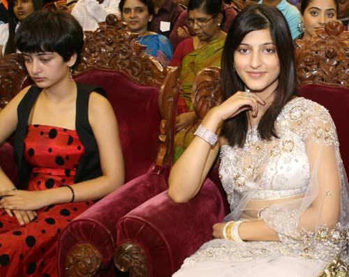 Photo: Akshara and Shruti Haasan