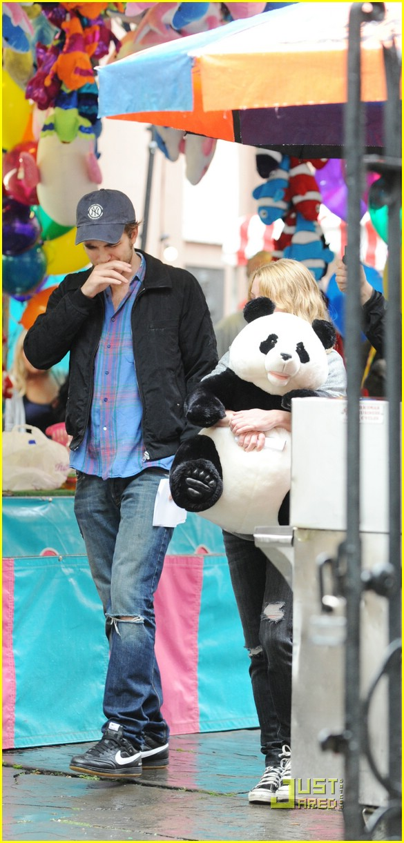 robert-pattinson-emilie-de-ravin-panda-bear-12