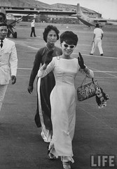1962 Mrs. Dinh Nhu Ngo at Saigon Airport. par VIETNAM History in Pictures (1962-1963)