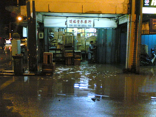 Sarikei Flood Jan 2009-Medicine Stall Near Traffic Light