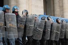Quanto sono pericolosi questi studenti! (Brodo.) Tags: roma police 2008 carabinieri scuola polizia manifestazione istruzione gelmini ondaanomala