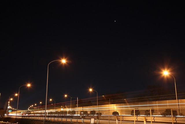 闇夜の高速道路