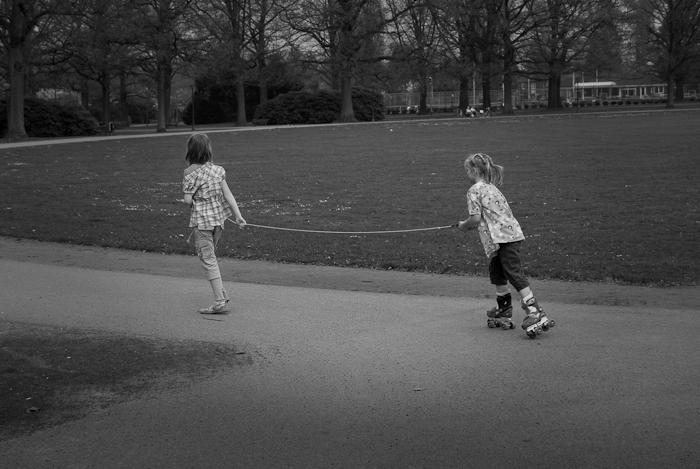 Spelende kinderen in een park