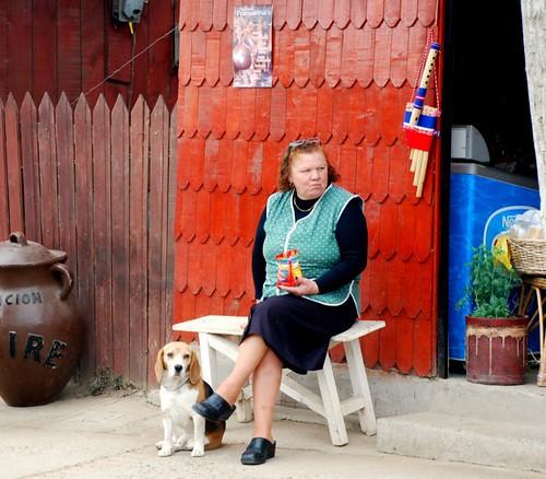 señora, su snack y su perro