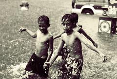 [フリー画像] [人物写真] [子供ポートレイト] [外国の子供] [少年/男の子] [洪水] [自然災害] [フィリピン風景] [モノクロ写真]   [フリー素材]