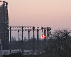 Sunset over the gas works (Brron) Tags: london sunsets gasworks hampsteadheath 28135mm londonist estremità canon40d