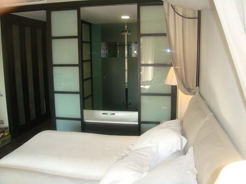 Habitación y baño al fondo