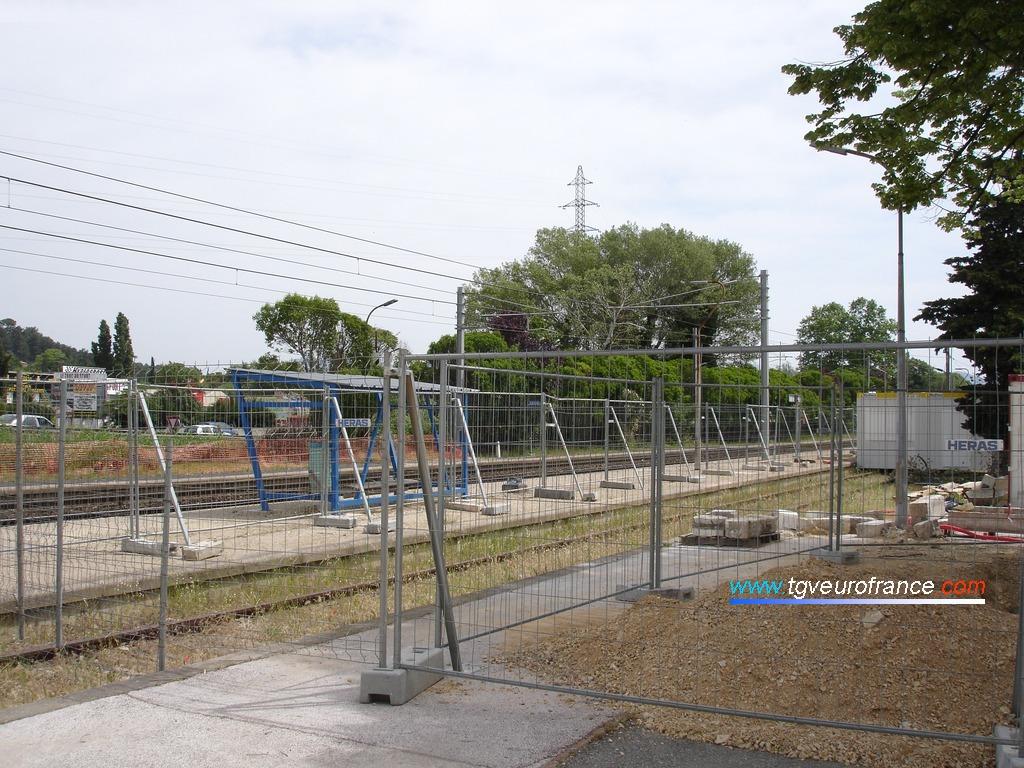 Clôture provisoire sur les quais de la gare de La Penne-sur-Huveaune pour délimiter le chantier de construction d'une passerelle voyageurs
