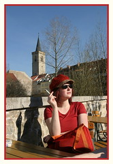 Jetzt wirds endlich Sommer >2< Erurt & Nele sind rot wei (driesel) Tags: red rot lady erfurt sommer terrasse krmerbrcke altstadt raucher zigarette sitzen weis franzose bestuhlung drausen driesel ausenbewirtschaftung