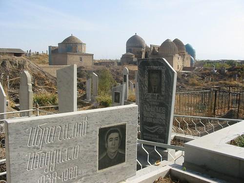 nieuw kerkhof met oude dodengang op achtergrond