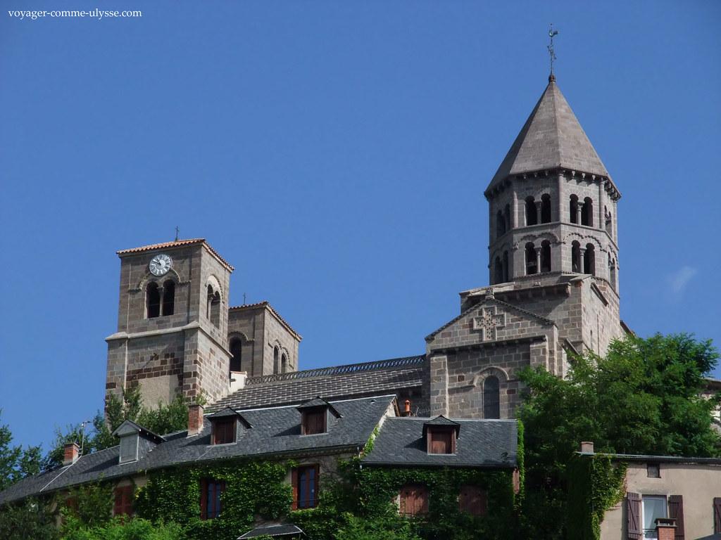 Le clocher de léglise est octogonal