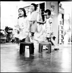 playing musical chairs (S.H.CHOW) Tags: 6x6 rolleiflex mediumformat blackwhite fuji kodak hc110 epson neopan neopan400 ilford f28 iso1600 schneider 80mm fujineopan400 selfdeveloped v500 xenotar 28e 13mins dilutionh rolleiflex28e epsonv500 bathroomdevelopment epsonperfectionv500photo kodakhc110163 295c agitatefirstminute