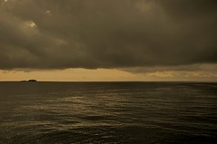 Encontro de Mundos (Antonio Carlos Castejón) Tags: brasil mar raw nef sãopaulo nuvens ilha adobephotoshopcs2 nikond90 nikongp1 nikkorvr18105 guarújá