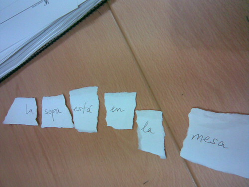Trozos de papel con palabras para formar frases