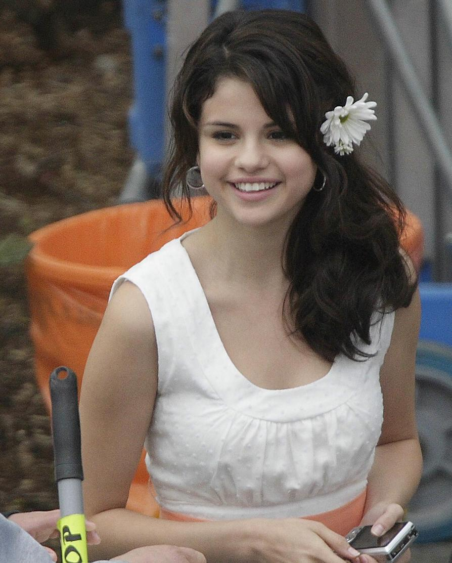 selena-gomez-white-dress-09