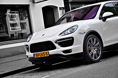 Porsche Cayenne Turbo 2010 (Thomas van Rooij) Tags: lighting street city light sun sunlight white black car mirror cool nikon power shot angle thomas side arnhem automotive front led cayenne turbo porsche coloring hood headlight grille nikkor rim suv bonnet executive luxury centrum vr 2010 selective 18105 selectivecolouring d90 velperplein rooij thomasvanrooij