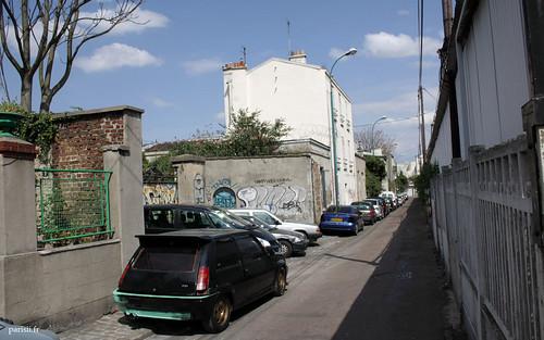 Ah on voit bien quon est en banlieue sur la photo, il y a même une voiture tunée dans la rue :)