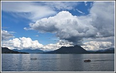 Menace sur le lac... (annieclic (absente)) Tags: eau lac ciel sombre nuages bateau italie menace ohhh tristesse obscurit montagnes tempte angoisse lacmajeur pimont bellitalia bestcapturesaoi leuropepittoresque