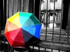raimbow spider (l'eremita) Tags: gay grande bn louise museo bourgeois colori arcobaleno viaggio madre cancello chiuso ombrello tristezza ragno contrasto guardare inferriate raimbow capodimonte maternit