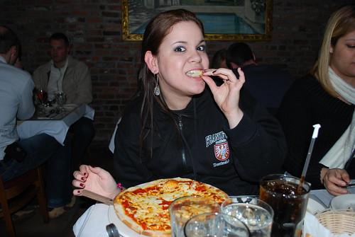 Renata En Little Italy Comiendo Pizza by itziponce.
