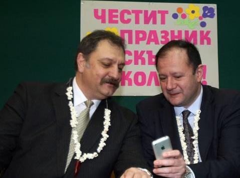 """""""…Михаил Миков е запален по iPhone. Фоторепортери го засякоха да разяснява предимствата на ябълковия смартфон на свои колеги от правителството…"""""""