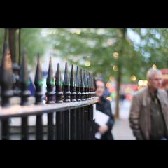 ♪ City of Faceless Strangers ・ 『顔のない街の中で』 (_nejire_) Tags: street light england woman man tree green london lady canon fence eos kiss couple bokeh f14 streetphotography trafalgarsquare faceless railing gentleman streetshot carlzeiss 10faves 220pm 25faves nejire 400d eos400d canoneos400d kissx fave10 mhashi fave25 carlzeissplanart1450ze miyukinakajima cityoffacelessstrangers