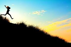 [フリー画像] [人物写真] [一般ポートレイト] [シルエット] [跳ぶ/ジャンプ] [丘の風景]      [フリー素材]