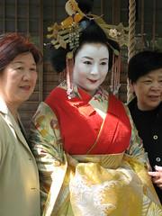 IMG_0675 (Shimabara.Tayuu) Tags: japan women kyoto prostitution maiko geiko ornaments geisha kimono edo geta courtesan hanamachi tsukasa shimabara oiran tayuu sumiya wachigaiya  bekkou joushoujitemple maebira yoshinotayuhannakuyo fursode isugumo