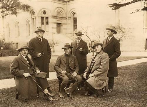 Lionel Lindsay, segundo por la derecha. Adelaida, 1924.