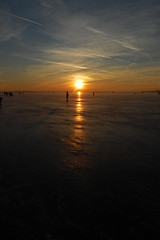 Ice skating on the lake, we love it (Maarten van den Berg) Tags: winter sunset sky sun ice netherlands zonsondergang iceskating aalsmeer zon ijs schaatsen wintershot reflectingsun westeinderplas winterinholland2009 nederlandschaatst