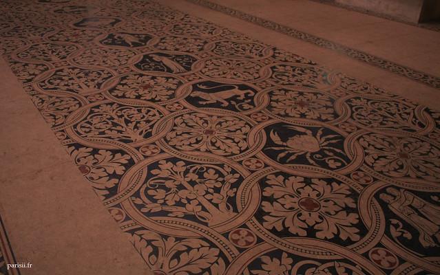 Le sol face à lautel de léglise représente les signes du zodiaque