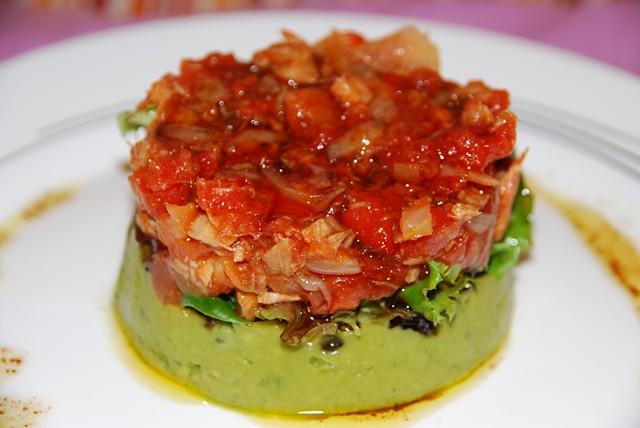 Ensalada de guacamole y atún con tomate frito