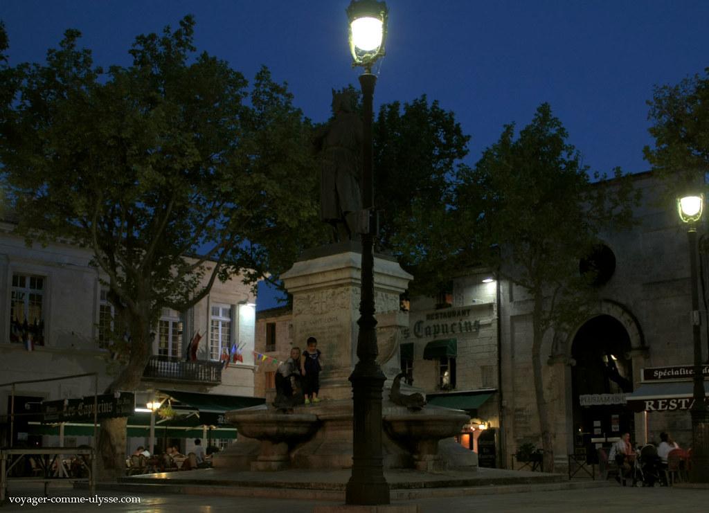 Place Saint Louis, de nuit.