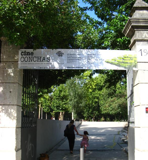 Na entrada da Alameda das Linhas de Torres