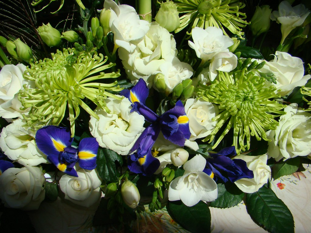 Green, white and blue wedding flower arrangement(2)