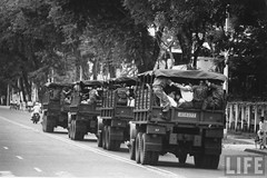 9-1963 Students being taken away in trucks by Diem government police when they tried to demonstrate. par VIETNAM History in Pictures (1962-1963)