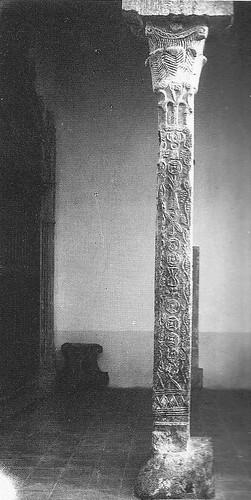 Pilastra visigótica de la Iglesia de El Salvador de Toledo a principios del siglo XX. Archivo Rodríguez