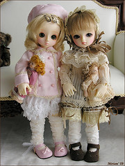 Isabella and Carlota (MiriamBJDolls) Tags: doll sofa bjd isabella lin dolly superdollfie volks limitededition carlota yosd musedoll hinaichigo rosenlied dollsparty18 dolpa20